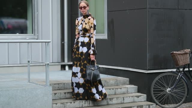 vídeos y material grabado en eventos de stock de guest wearing dress during the copenhagen fashion week spring/summer 2019 on august 8, 2018 in copenhagen, denmark. - copenhague