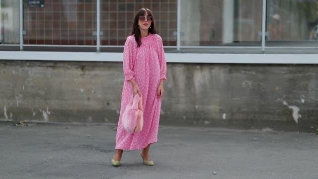 vídeos de stock, filmes e b-roll de a guest wearing pink dress fake fur pink bag is seen during the copenhagen fashion week spring/summer 2019 on august 7 2018 in copenhagen denmark - copenhague
