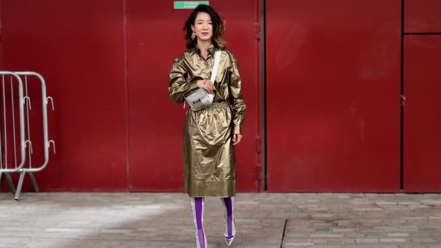 vídeos de stock e filmes b-roll de guest wearing silver msgm bag, golden coat is seen outside ports 1961 during london fashion week september 2018 on september 15, 2018 in london,... - cinzento