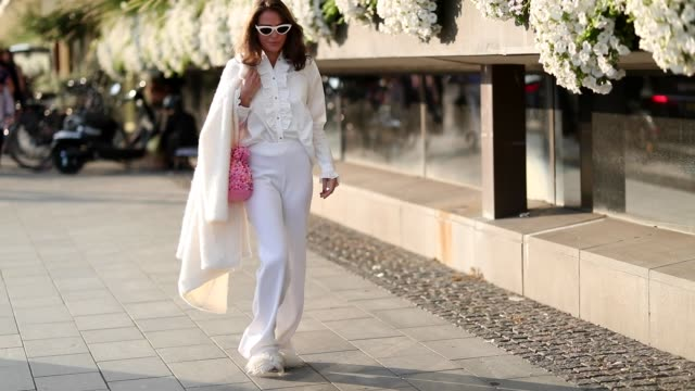 vídeos y material grabado en eventos de stock de guest wearing white pants, creme white button shirt and jacket is seen during stockholm runway ss19 on august 28, 2018 in stockholm, sweden. - camiseta