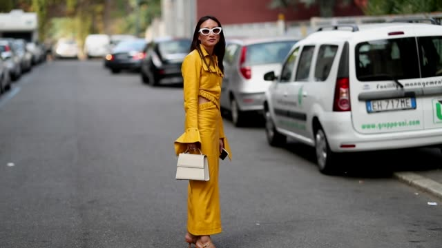 a guest wearing yellow dress with long sleeves is seen outside jil sander during milan fashion week spring/summer 2019 on september 19 2018 in milan... - ärmel stock-videos und b-roll-filmmaterial