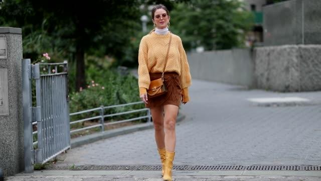 a guest wearing yellow knit brown mini skirt boots outside cushnie et ochs during new york fashion week spring/summer 2019 on september 07 2018 in... - känga bildbanksvideor och videomaterial från bakom kulisserna