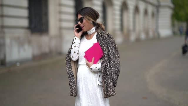 stockvideo's en b-roll-footage met guest wears a beret hat, a white dress, a jacket, outside manish arora, during paris fashion week womenswear spring/summer 2018, on september 28,... - witte jurk