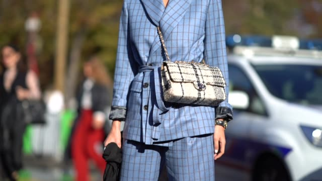 vídeos y material grabado en eventos de stock de a guest wears a beret sunglasses a tartan chanel bag a blue tartan suit blazer jacket outside chanel during paris fashion week womenswear... - a cuadros