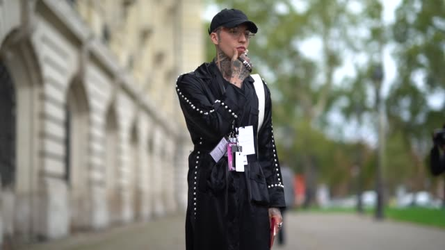 stockvideo's en b-roll-footage met a guest wears a black cap black pyjamas suit with white buttons black shoes outside manish arora during paris fashion week womenswear spring/summer... - pyjama