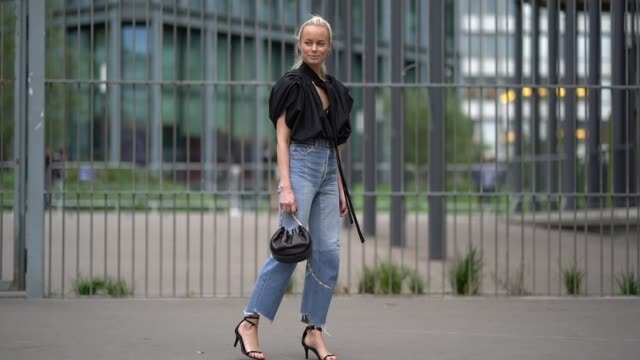 vídeos y material grabado en eventos de stock de a guest wears a black ruffle top a black long tie jeans outside carven during paris fashion week womenswear spring/summer 2018 on september 28 2017... - denim