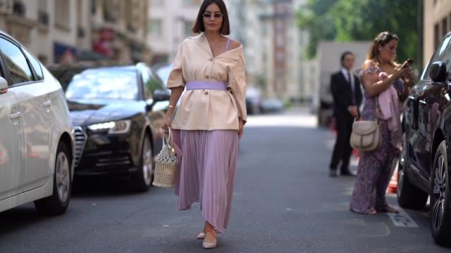 vídeos de stock e filmes b-roll de a guest wears a blazer jacket a purple pale skirt a basket bag sunglasses outside acne studios during paris fashion week womenswear fall winter 2019... - saia