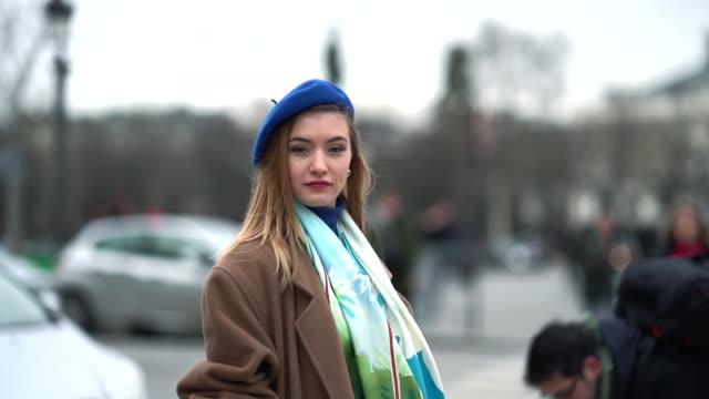 vídeos y material grabado en eventos de stock de a guest wears a blue beret hat a camel coat a color scarf outside chanel during paris fashion week haute couture spring/summer 2018 on january 23... - boina