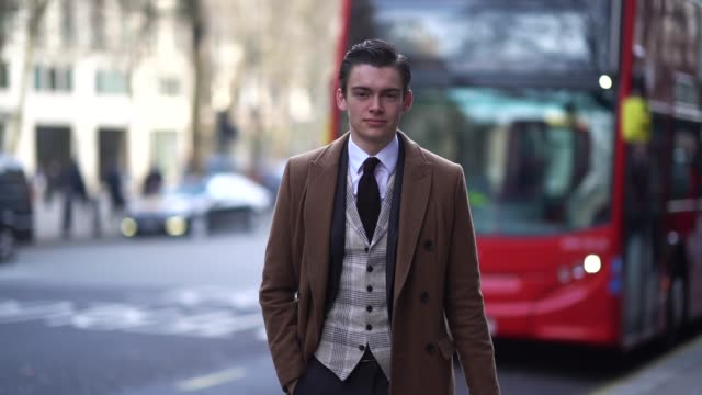 vídeos y material grabado en eventos de stock de guest wears a brown coat, a white shirt, a prince of wales fabric check jacket, a tie, a suit, during london fashion week men's january 2018 at on... - camisa blanca