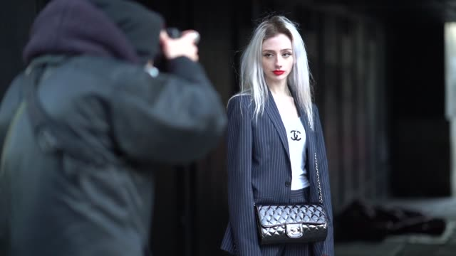 guest wears a chanel white t-shirt, a chanel bag, a blazer jacket, during london fashion week men's january 2018 on january 07, 2018 in london,... - london fashion week点の映像素材/bロール