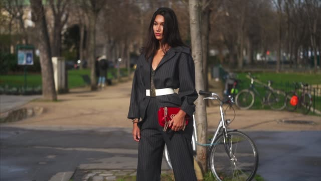 stockvideo's en b-roll-footage met a guest wears a gray checked blazer jacket a white belt suit pants white pointy shoes a red gucci bag outside chanel during paris fashion week... - zakelijke kleding