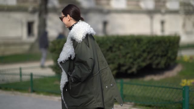 stockvideo's en b-roll-footage met a guest wears a green khaki coat with white sheep wool during paris fashion week womenswear fall/winter 2018/2019 on february 28 2018 in paris france - herfst winter collectie