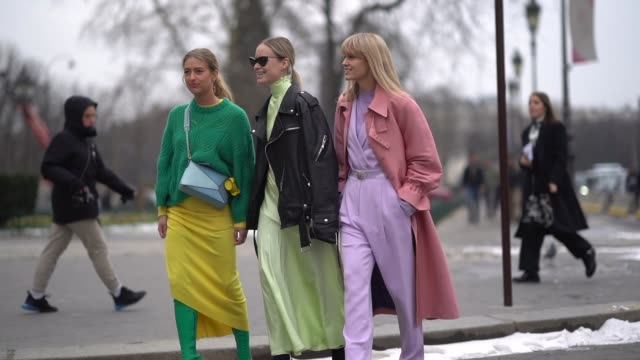 a guest wears a green sweater a blue crossbody bag a yellow assymmetric skirt green overknee boots a guest wears sunglasses a black moto jacket a... - kleid stock-videos und b-roll-filmmaterial