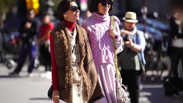 vídeos de stock e filmes b-roll de guest wears a pink wool pullover, a purple skirt, outside margiela, during paris fashion week womenswear spring/summer 2019, on september 26, 2018 in... - camisola