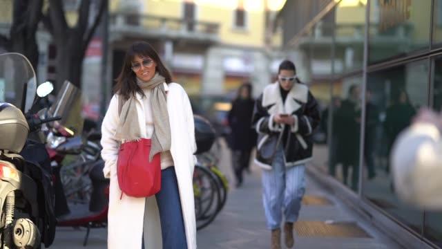 vídeos y material grabado en eventos de stock de a guest wears a red bag and a white coat during milan menswear fashion week fall/winter 2018/19 on january 13 2018 in milan italy - ropa de caballero