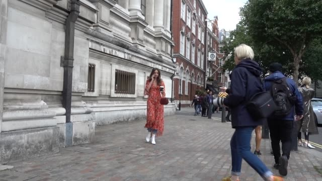 vidéos et rushes de a guest wears a red dress outside preen by thornton bregazzi during london fashion week september 2017 on september 17 2017 in london england - robe rouge