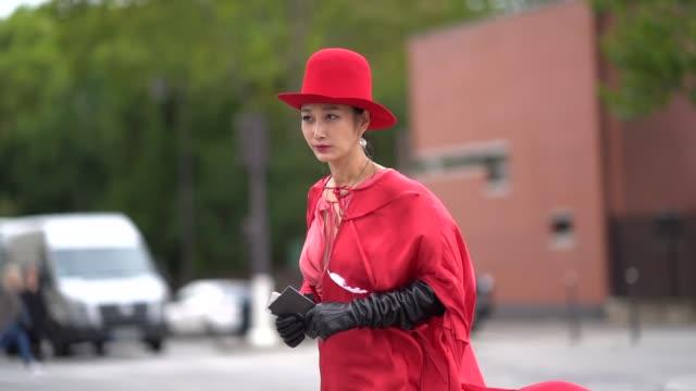 vídeos y material grabado en eventos de stock de guest wears a red hat, black leather gloves, a red dress, earrings , outside ann demeulemeester, during paris fashion week - womenswear spring summer... - vestimenta para mujer