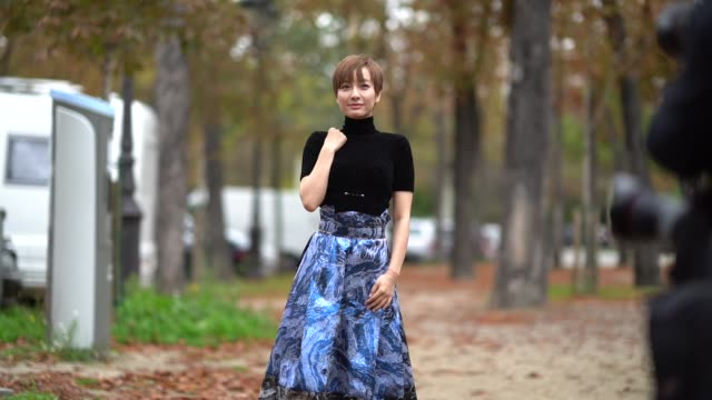 stockvideo's en b-roll-footage met a guest wears a turtleneck black top a blue skirt outside leonard during paris fashion week womenswear spring/summer 2018 on october 2 2017 in paris... - coltrui