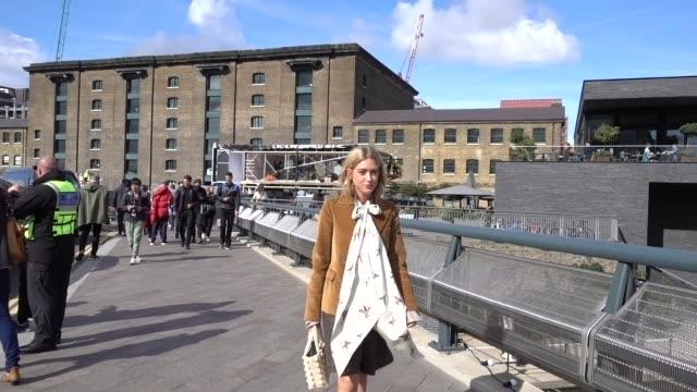 vidéos et rushes de a guest wears a white scarf and a brown blazer jacket outside versus during london fashion week september 2017 on september 17 2017 in london england - semaine de la mode de londres