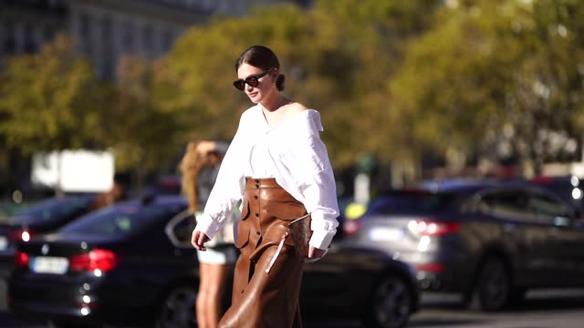 vídeos y material grabado en eventos de stock de guest wears a white shirt, a brown leather skirt, brown leather snake print boots, outside rochas, during paris fashion week womenswear spring/summer... - camiseta