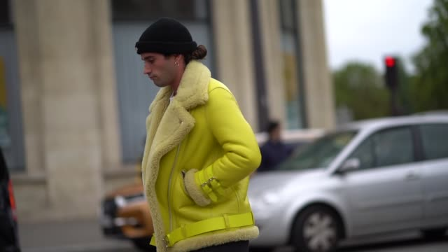 vídeos y material grabado en eventos de stock de a guest wears a yellow aviator jacket with sheep wool inner lining outside ann demeulemeester during paris fashion week womenswear spring summer 2020... - oveja mamífero ungulado