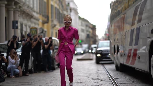 vídeos de stock, filmes e b-roll de guest wears pink sunglasses, a pink shirt, pink pants, white sandals, a bag, outside the peter pilotto show during milan fashion week spring/summer... - rosa cor