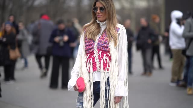 vídeos y material grabado en eventos de stock de guest wears sunglasses, a jacket with fronges, white high boots , outside chanel, during paris fashion week womenswear fall/winter 2018/2019, on... - vestimenta para mujer