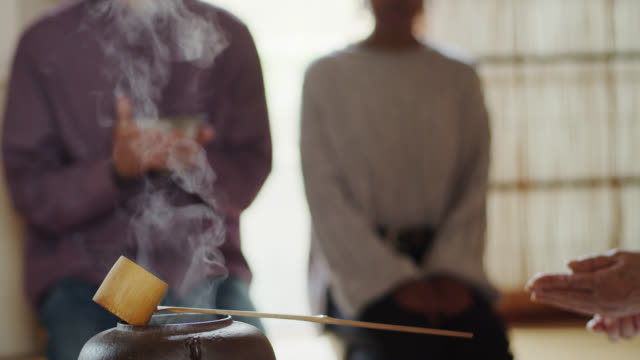 vídeos de stock, filmes e b-roll de convidados que antecipam o chá na cerimónia japonesa - washitsu