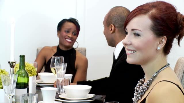 Clientes em um Jantar Festivo conversa