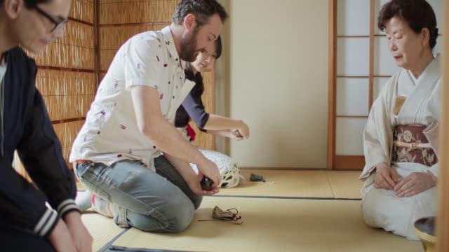 vídeos y material grabado en eventos de stock de los huéspedes que se instruyeron en la ceremonia del té tradicional japonesa - sado