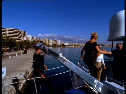 guests board a yacht to shake hands with their friends and the captain. - ゲスト点の映像素材/bロール