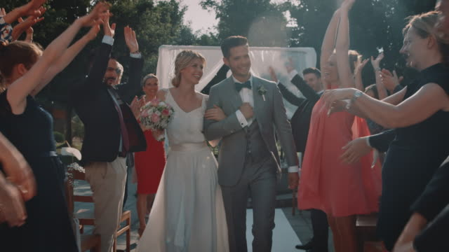 結婚式で新婚カップルを応援するゲスト - 花嫁点の映像素材/bロール