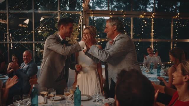 vídeos y material grabado en eventos de stock de invitados aplaudiendo a pareja casada saludando a su padre - discurso