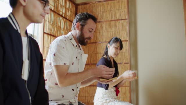 vídeos y material grabado en eventos de stock de los huéspedes que beben té en la ceremonia tradicional japonesa - sado