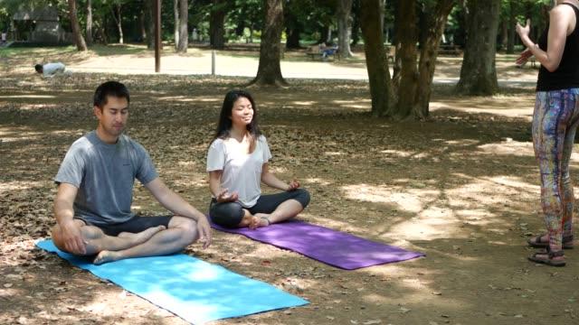 stockvideo's en b-roll-footage met geleide meditatie en mentale wellness - in kleermakerszit