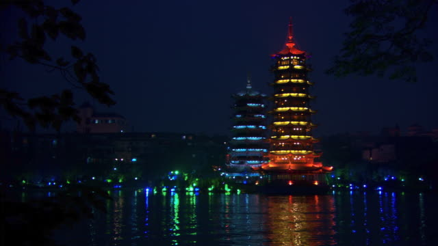 guilin lake and pagodas at night - artbeats 個影片檔及 b 捲影像