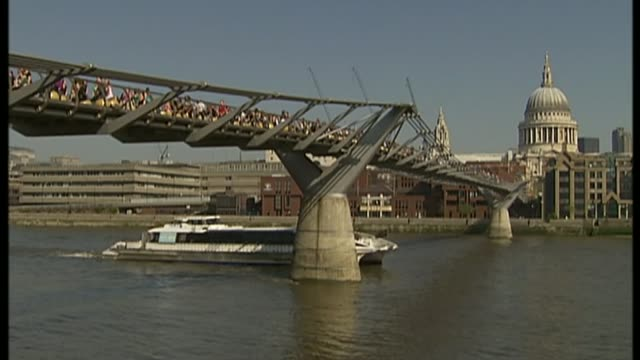 stockvideo's en b-roll-footage met guinness book of records celebrates 60th birthday lib / millennium bridge ext various of crowds of people gathered on bridge bouncing up and down on... - stuiteren