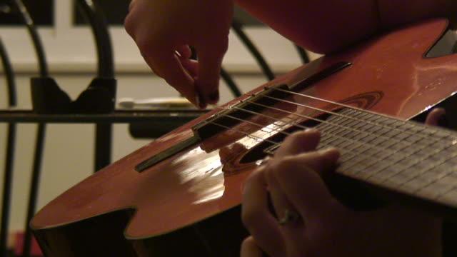 vídeos y material grabado en eventos de stock de guitarra 6, hd de 1080 de 60i - diapasón instrumento de cuerdas