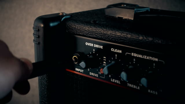 guitar amp eingabe jack - amplifier stock-videos und b-roll-filmmaterial