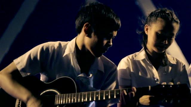 vídeos de stock, filmes e b-roll de guitarra à noite, tailândia - amor à primeira vista