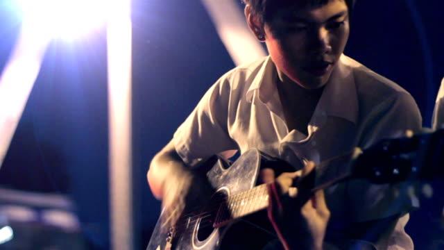 vídeos de stock e filmes b-roll de guitarra à noite, tailândia - lightweight