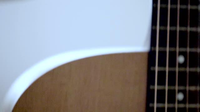 gitarre in händen der musiker - akkord stock-videos und b-roll-filmmaterial