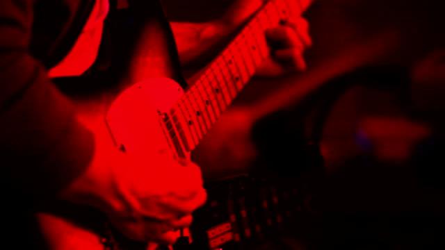 vídeos de stock, filmes e b-roll de jogador de guitarra - rock moderno