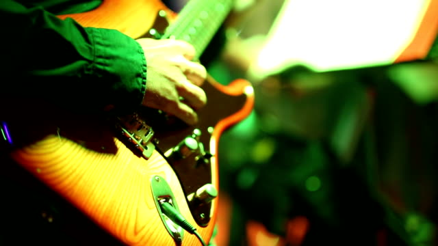 gitarrenspieler - moderne rockmusik stock-videos und b-roll-filmmaterial