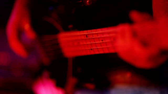 vídeos de stock, filmes e b-roll de jogador de guitarra - guitarist