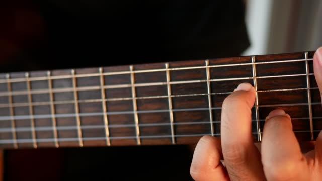 gitarrenspieler - griffbrett stock-videos und b-roll-filmmaterial