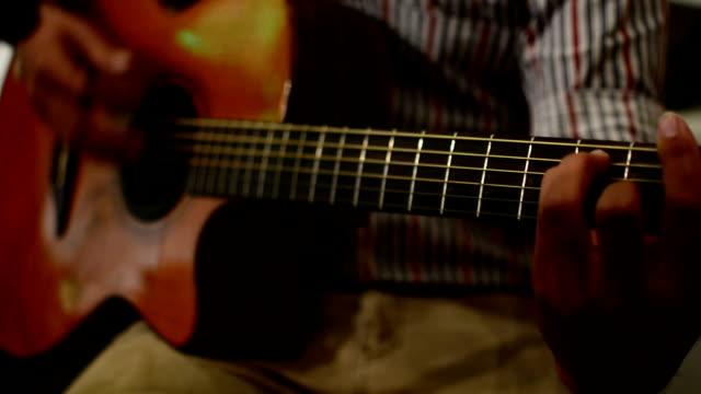vídeos y material grabado en eventos de stock de tocando la guitarra - instrumento de cuerdas