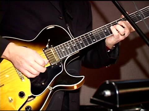 vídeos de stock, filmes e b-roll de guitarra de dv (ntsc - guitarist