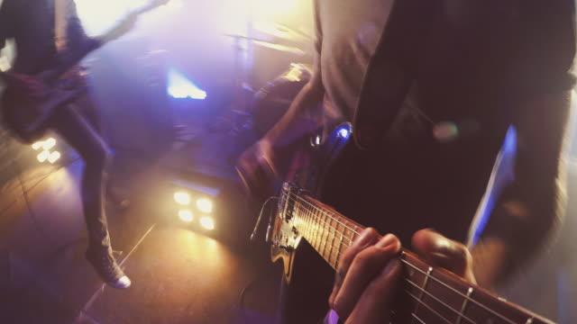 vídeos de stock, filmes e b-roll de pov de guitarra - vida noturna