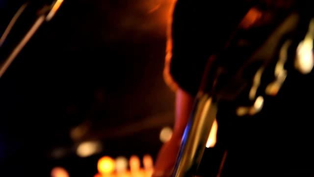 vídeos de stock, filmes e b-roll de guitarrista s'apresenta no palco. - guitarist